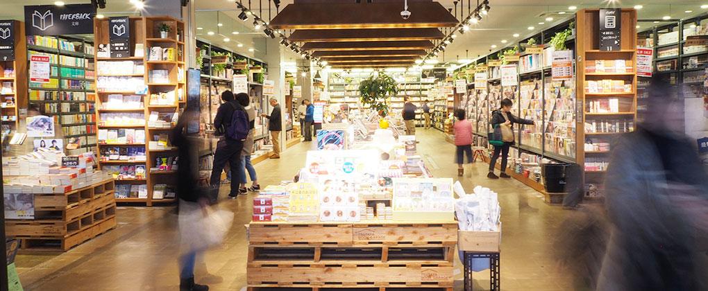 TSUTAYA BOOK GARAGEは55万冊が読み放題の大型BOOK&CAFE店。朝から夜まで、お一人でもご家族連れでも、一日ゆっくり寛げる滞在型のお店です。