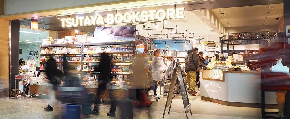 TSUTAYA BOOKSTORE 福岡空港。福岡空港1Fに位置するHONEY COFFEE併設の書店です。
