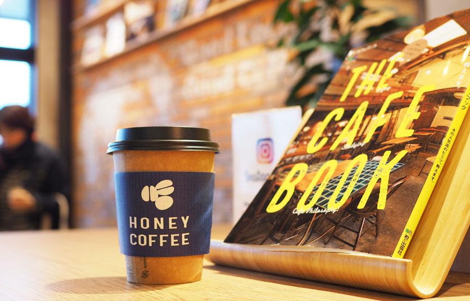 店内のテーブルには雑誌が置いてあり、コーヒー飲みながら読むことができます。