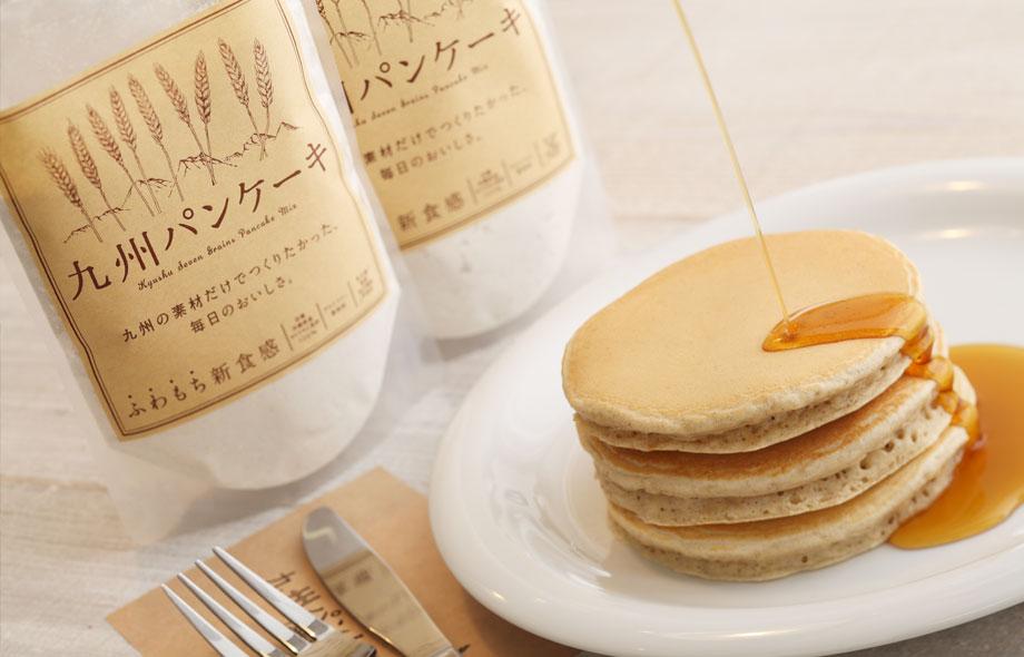小麦色をしたパンケーキに蜂蜜をかけるととても美味しそうです。