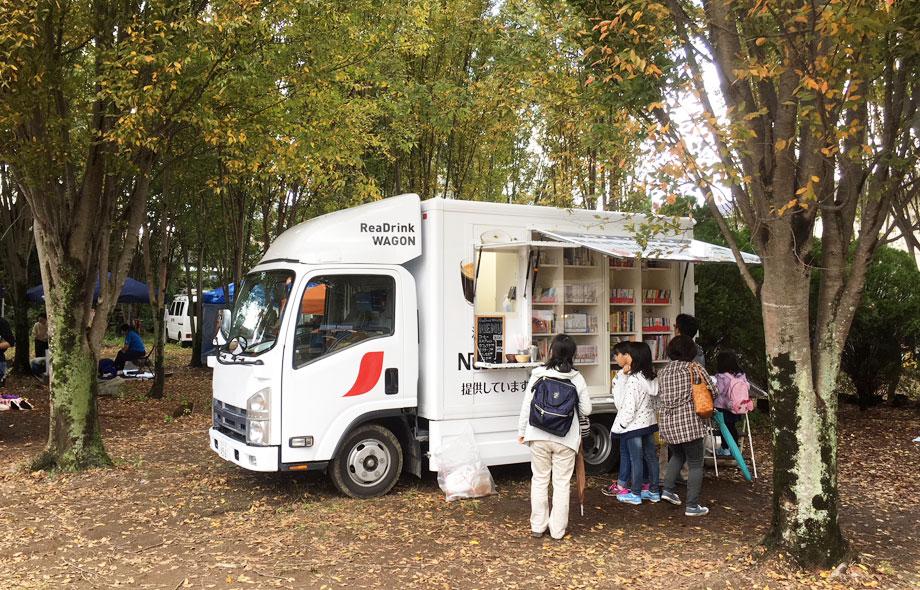 ワゴンは様々な場所に出張し、行く先々では子供から大人まで集まってきて、小さなコミュニティを形成しています。