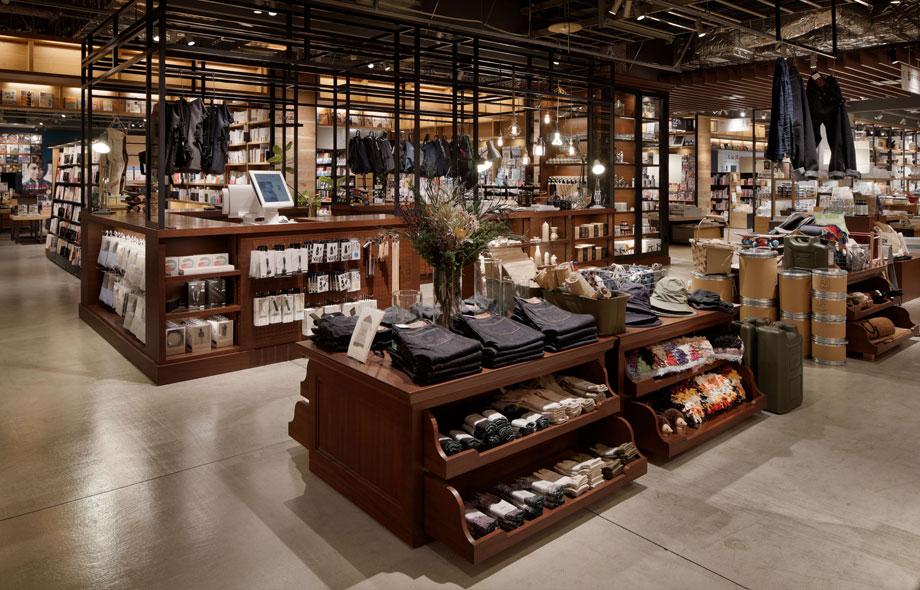 ジーンズや靴下など、アパレルを取り扱ったお店もあります。
