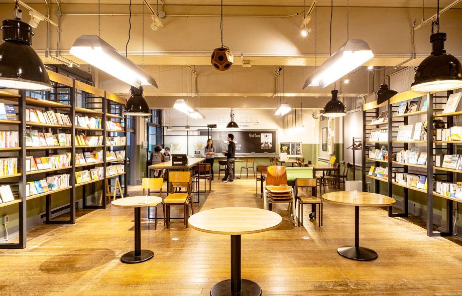 カフェ内には、たくさんのテーブルが並べられており、打ち合わせができるスペースや、自由に閲覧できるブックライブラリーがあります。
