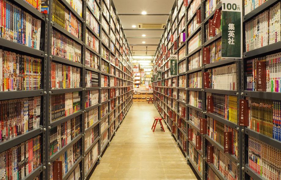 通路両側に並ぶ本棚には、隙間なく本が並んでおり、55万冊の新刊と中古本を自由に閲覧することができます。