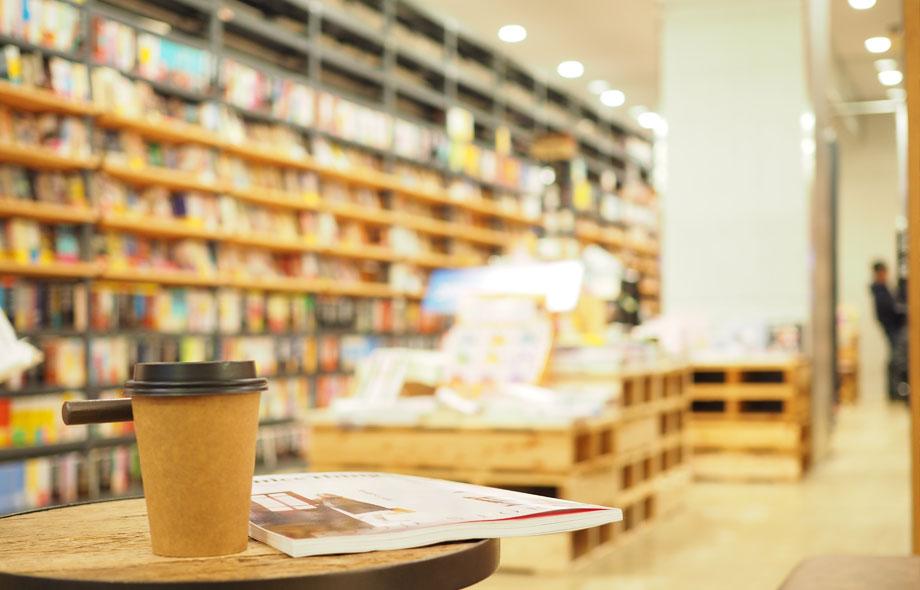 売場にはイスと小さなテーブルが置いてあり、BOOK&CAFEスタイルで店内の本をコーヒーを飲みながら読むことができます。