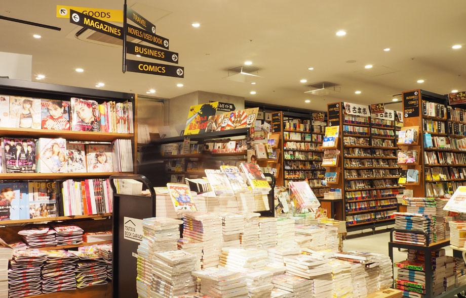 店内は、雑誌やビジネス書やコミックや雑貨など、たくさんの商品があり、店内のジャンルサインは空港内のサインをイメージしたデザインになっています。