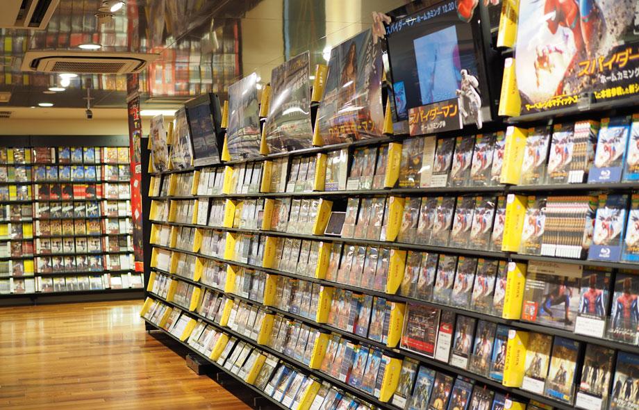 TSUTAYAのDVDレンタル売場。最新作は、映像やポスターと一緒に売場で紹介をしています。最新作は十分な量の在庫を用意しています。